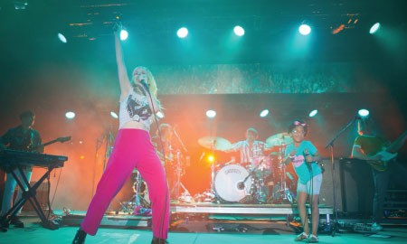 Konsep Unik Video Musik CAUGHT IN THE MIDDLE, Paramore Dikejar Buah!