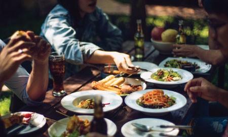 Jarang Disadari, Generasi X dan Y Ternyata Punya Fakta Unik Soal Makan!