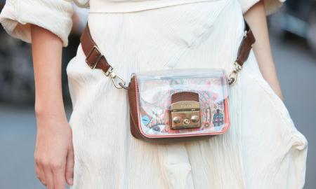 Kenalan dengan 'Transparent Bag', Tas Unik yang Elegan Saat Dipakai!