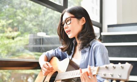 #BeraniBeda Dari Penyanyi Aslinya, Tahu Nggak Sih Lagu-lagu Terkenal Ini Sebenarnya Adalah Cover Version?