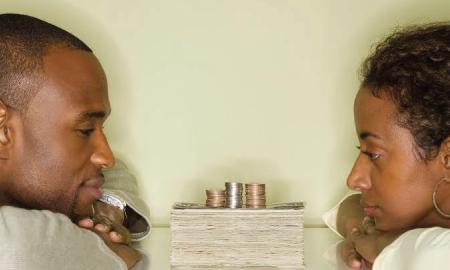 5 Tanda Kamu Alami Kekerasan Finansial oleh Pasangan