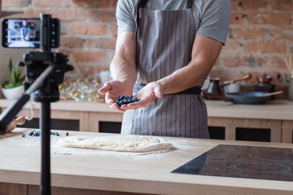 8. Bikin vlog tentang bisnis kulinermu